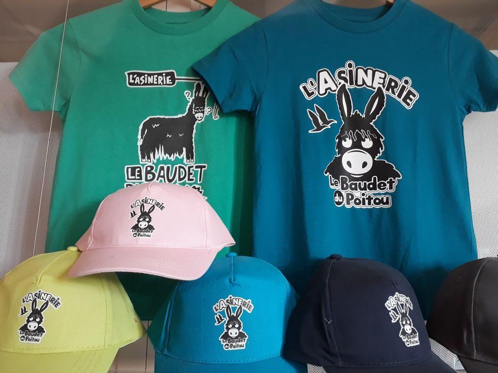 casquettes et t-shirts à la boutique de l'Asinerie du Baudet du Poitou